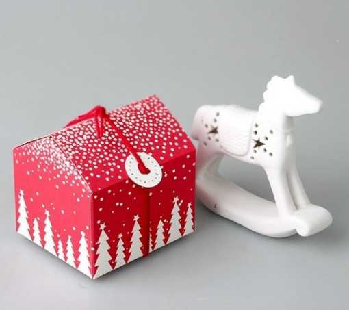 Boite cadeau rouge sapins...